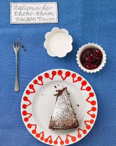 Italienischer Schoko-Bohnen-Kuchen mit Kirschen