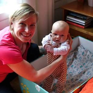 Diese Box enthält alles, was ein Baby braucht - sogar ein Bett!