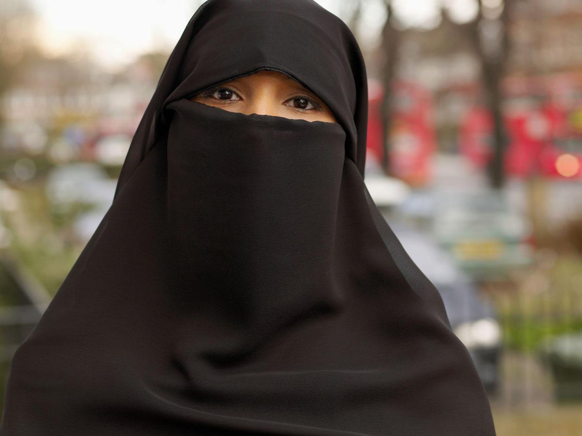 Vierjähriger starrt verschleierte Muslima an - und sagt DAS ...