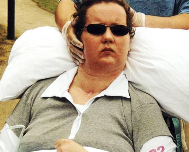 Entbindung im Wachkoma: Im Rollstuhl mit Stütze: So verbrachte Carola Thimm viele Jahre ihres Wachkomas.