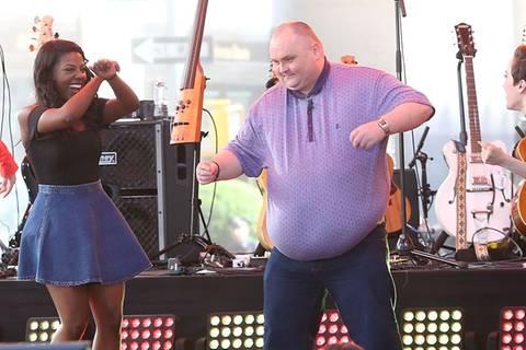 Im Netz gemobbt: Jetzt tanzt der #dancingman auf der Party seines Lebens!