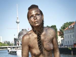 """Friederike, 46 Jahre: Friederike nachher: """"Nicht ich stehe im Fokus, sondern das Kunstwerk, das Johny gezeichnet hat."""""""