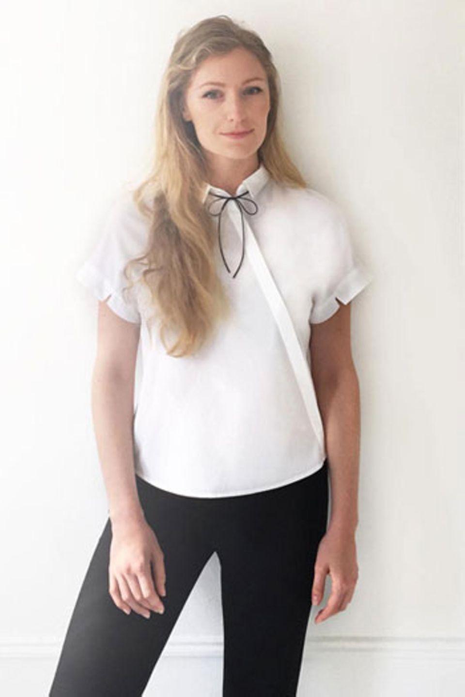 Matilda Kahls Büro-Uniform: weiße Seidenbluse, schwarze Hose, Lederschleife.