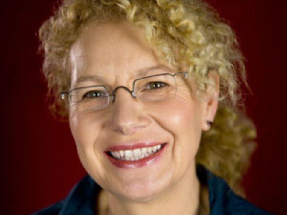 Birgitta Gronau, 54, hat Sozialwissenschaften studiert, lebt im Ruhrgebiet und arbeitet bei der Stadtverwaltung. Sie schreibt Kurzgeschichten und andere Texte, ist Mitglied einer Autorinnengruppe und hat bereits in diversen Anthologien veröffentlicht.