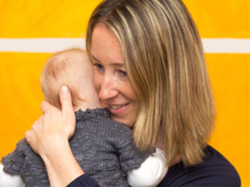 """Tina König*, 41, ist Personalberaterin und Mutter zweier Adoptivkinder. Ihre Freizeit verbringt sie mit Backen oder Yoga. Über ihren Weg mit vielen Höhen, Tiefen und der Entscheidung für eine Adoption erzählt sie auch in ihrem Buch """"Auf Umwegen zum Kinderglück"""". www.tinakoenig.de"""