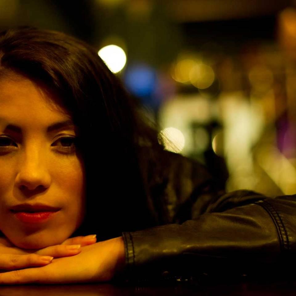Solo & selbstbewusst: 5 gute Gründe, warum Frau allein in eine Bar gehen sollte