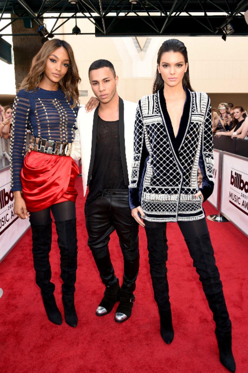 Beste Freunde: Jourdan Dunn (links) und Kendall Jenner mit Balmain-Designer Oliver Rousteing. Bei den Billboard Music Awards in Las Vegas gaben die beiden Models einen Vorgeschmack auf die H&M-Kooperation.