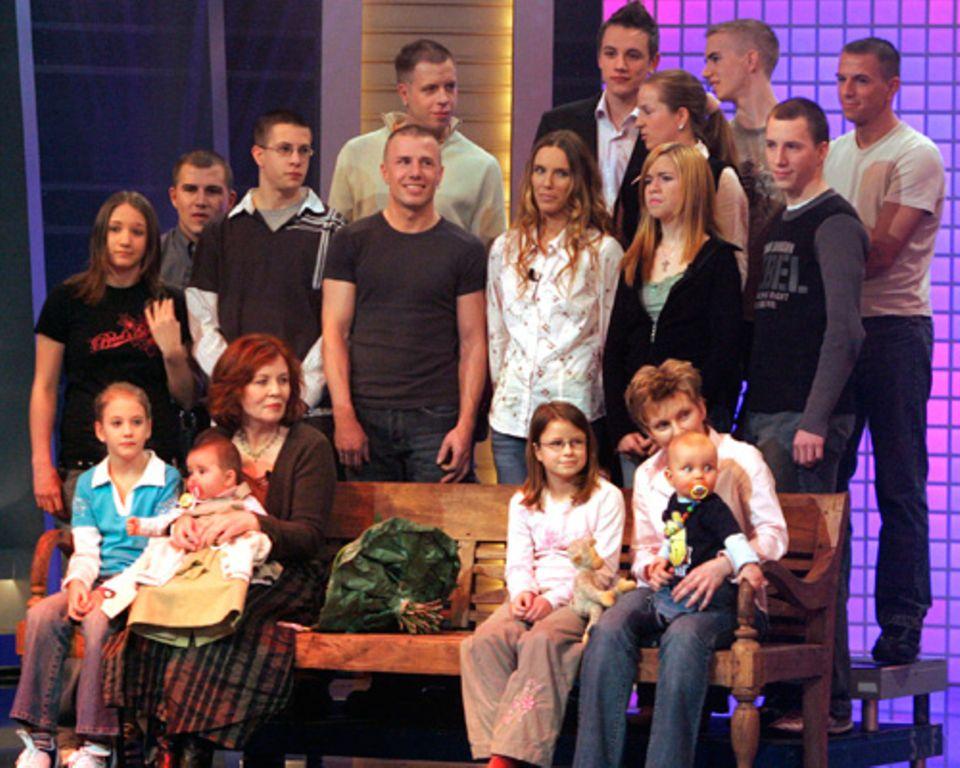 """Annegret Raunigk 2005 als """"Älteste Mutter Deutschlands"""" umgeben von Kindern und Enkelkindern"""