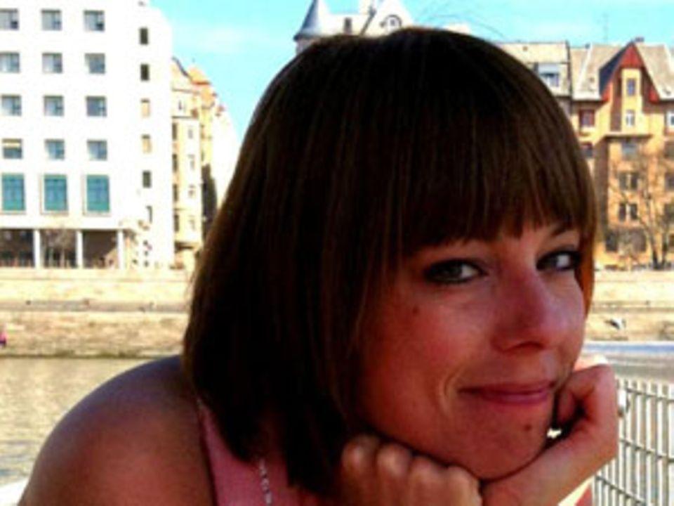 Simone Seydler, 32, lebt in Zürich und liebt das Weltenbummeln. Im Moment ist sie aber hauptsächlich mit Therapien, der Tagträumerei und dem kreativen Schreiben beschäftigt, unter anderem auf dr-simmel.blogspot.ch ? und der Hoffnung, eines Tages wieder große Pläne schmieden zu können.