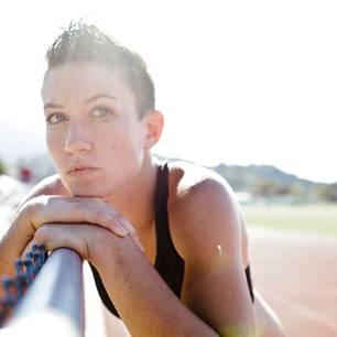 Fettverbrennug: Sportlich anmutende Frau auf einer Laufbahn