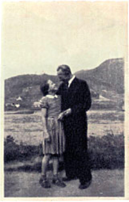 Margarethe von Trotta: Dieses Foto trägt Margarethe von Trotta immer bei sich. Es zeigt sie neben ihrem Vater am Ufer des Rheins.