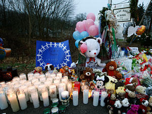 Die Trauernden in Newtown haben Kerzen und Kuscheltiere für die Opfer aufgestellt