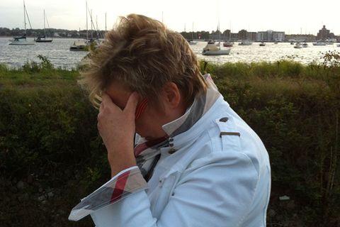 """Gudrun, 57, hat als Studienrätin an einer berufsbildenden Schule gearbeitet, bis sie den Beruf krankheitsbedingt aufgeben musste. Nach einer längeren Pause ist sie seit einiger Zeit freiberuflich in der Ernährungsbildung und Beratung tätig. Sie sagt: """"Glück ist die Abwesenheit von Schmerz"""" (Zitat von Hildegard Knef)."""