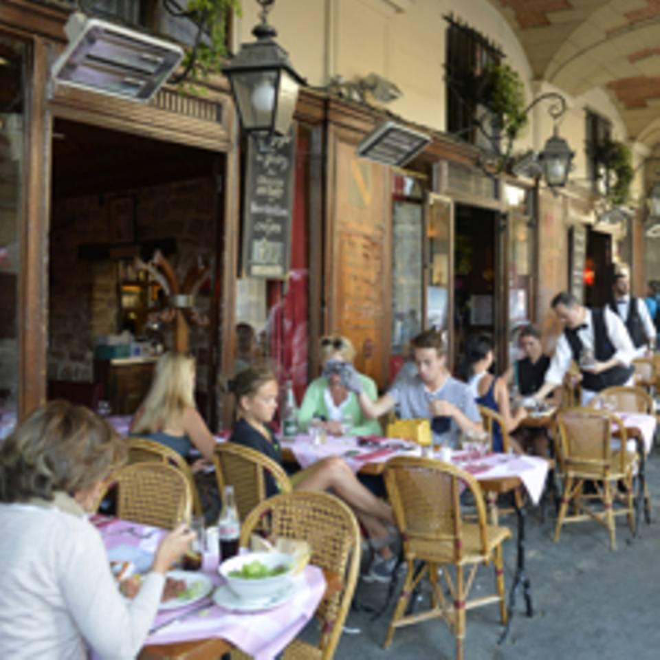 Geschützt unter den Arkaden: eine Runde durch die Pariser Cafés