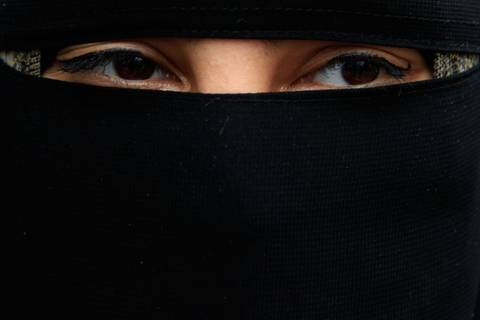 Frau in Burka aus Pariser Oper geworfen