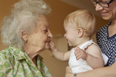 Sandwich-Mütter: Plötzlich muss ich mich ums Kind UND um Oma kümmern