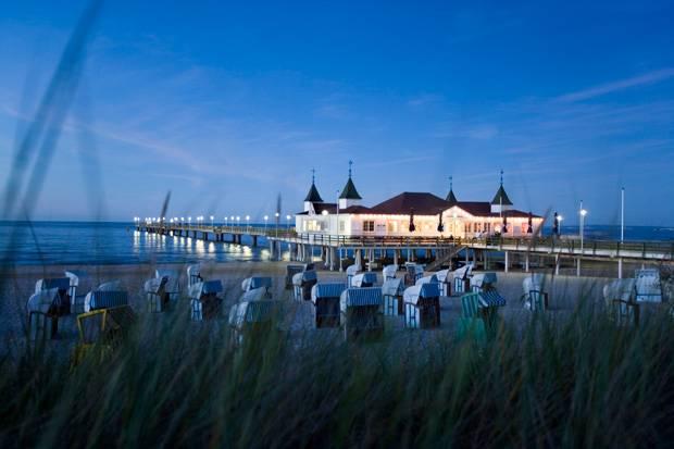 Abendlicher Strandspaziergang nahe der Seebrücke in Heringsdorf.