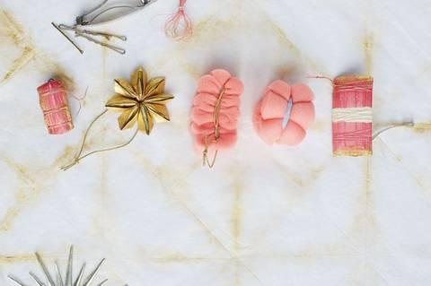 Haarschmuck basteln - Kanzashi-Blüte fürs Haar