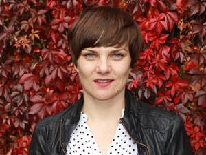 """Judith Peller, 32, arbeitet als Pressesprecherin bei WAX IN THE CITY. Mit ihrer """"Stimme"""" und der Interviewplattform www.deintodundich.com möchte sie einen Beitrag dazu leisten, eine neue Art der Auseinandersetzung mit dem Tod anzustoßen. Judith lebt in Berlin und in ihrer fränkischen Heimat."""