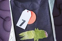 T-Shirt mit einer Kinderzeichnung versehen
