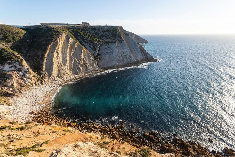 Klare Kante: Aus Fischerpfaden an der Südwestküste wurde ein Fernwanderweg, schön am Steilufer entland.