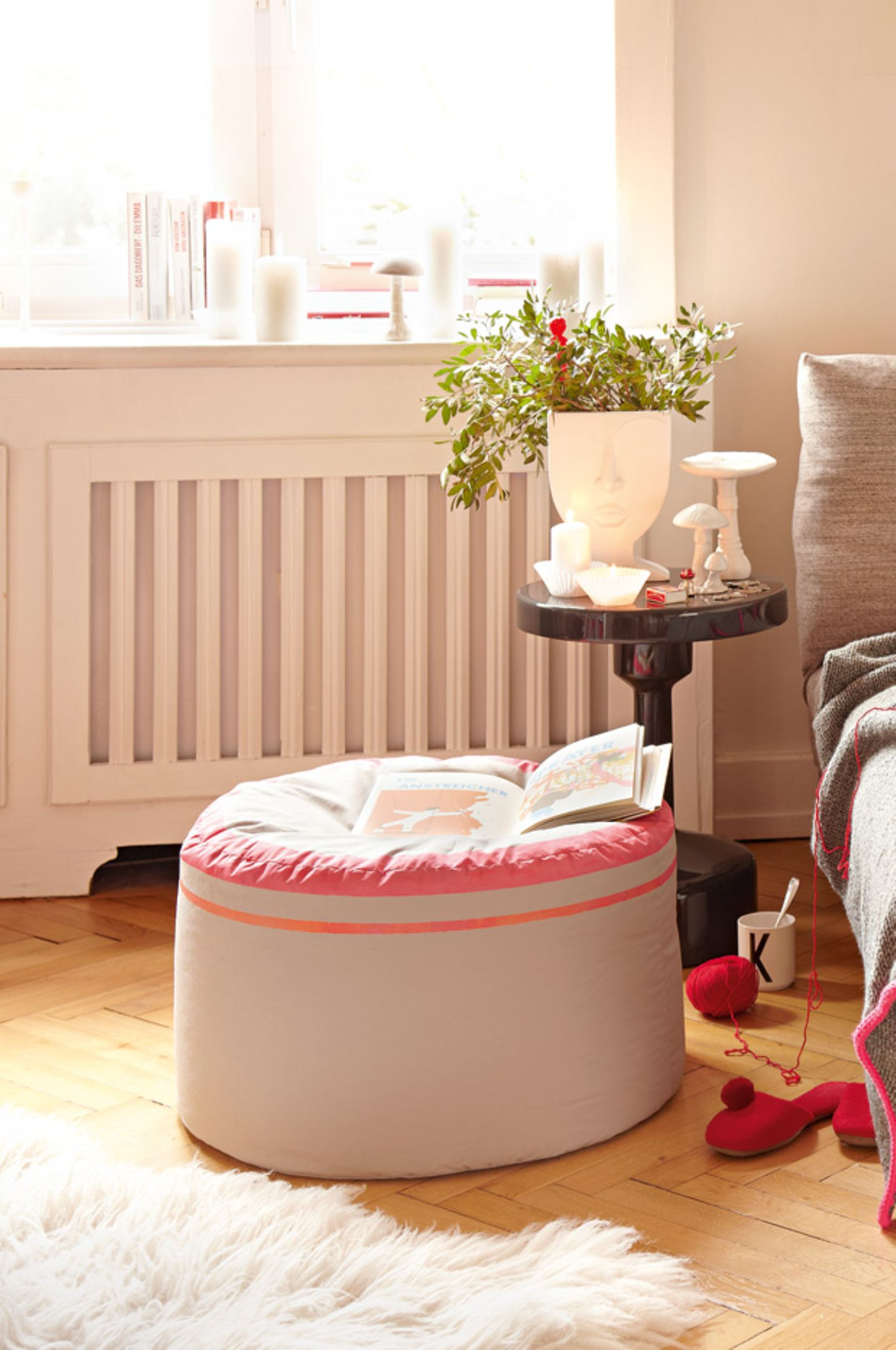 Rosa Sitzsack  Material:2 Quadrate (je 62 x 62 cm) und 2 Rechtecke (je 98 x 39 cm) aus festem grauem Baumwollstoff (z. B. über www.frautulpe.de), Malertape, Pinsel (Baumarkt), neonfarbene Stoffmalfarbe (z. B. Javana über www.ideeshop.de), Bügeleisen, 35 cm Reißverschluss, Stecknadeln, Schneiderkreide, Styroporkügelchen.  So wird's gemachtMit Hilfe eines Maßbandes 2 Stoffkreise mit 62 cm Ø ausschneiden.Das Malertape auf der rechten Stoffseite eines Kreises mit 5 cm Abstand vom Rand kleben. (Die Rundung vorher mit Schneiderkreide vorzeichnen und langsam kleben!) Ordentlich festdrücken.So auch mit je einer Längskante der beiden Stoffrechtecke verfahren.Unter die geraden Tapestreifen im Abstand von 1 bis 1,5 cm ein weiteres Tape aufkleben und alles gut andrücken.Die Stoffstücke auf einem abwaschbaren Untergrund eventuell mit Tape fixieren und die Streifen mit Stoffmalfarbe anmalen.Alles trocknen lassen, mit dem Bügeleisen fixieren.Reißverschluss zwischen die zwei rechteckigen Stoffstücke nähen (darauf achten, dass die Neonkanten oben liegen).Zweite Naht der Seitenteile schließen und mit dem Deckel (Neonrand) 2 cm verstürzen (rechts auf rechts), am besten vorher mit Stecknadeln zusammenstecken. Auch den Boden des Poufs mit 2 cm Nahtzugabe einnähenZum Schluss den Sack durch den geöffneten Reißverschluss auf rechts drehen. Mit den Styroporkügelchen füllen.EinenSitzpoufselber machen geht ganz einfach, oder? 😉