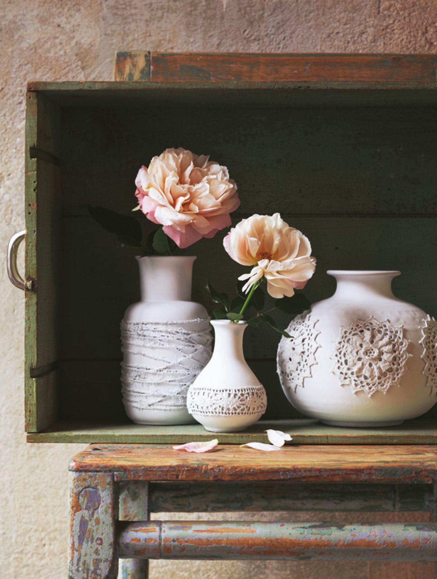 Alte Vasen verschönern - mit Spitzenuntersetzern