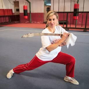 Katharina Finke, 29, ist freie Auslandskorrespondentin und berichtet von verschiedenen Orten auf der Welt. Ihre Schwerpunkte dabei sind Kultur, Nachhaltigkeit und Gesellschaft, mit Fokus auf Genderthemen und sozialen Projekten. Bei ihrer Arbeit stößt sie gelegentlich an ihre Grenzen. Doch Kung Fu hilft ihr damit umzugehen.