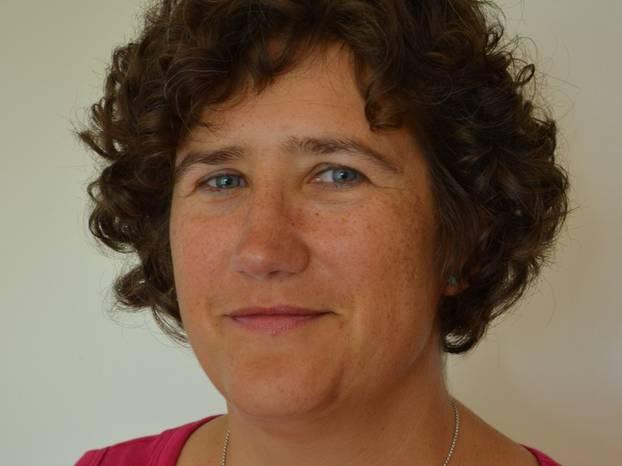Dorothea Wirbser ist 50 Jahre alt, 156 cm groß und verheiratet. Sie lebt mit Mann, zwei Kindern (im Alter von 17 und 20 Jahren) und zwei Katzen in einer Kleinstadt im Hegau (Kreis Konstanz), in der Nähe des Bodensees und der Schweizer Grenze.