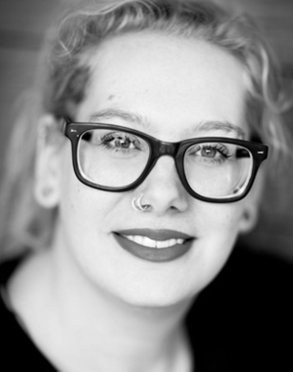 """Andrea Zschocher ist freie Journalistin, Bloggerin und Mutter aus Berlin. Besonders gern schreibt sie über die Themen Kind(er) und Familie. Die schönen Momente im Leben mit Kind hält sie auf ihrem Blog """"Runzelfuesschen"""" fest. Andrea Zschocher besitzt eine große Neugier auf das Leben und lacht gern."""
