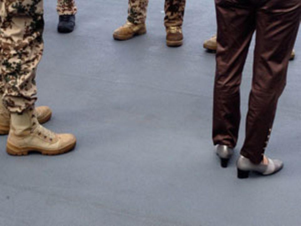 Immer schick: Die Schuhe der Ministerin und die von Marinesoldaten