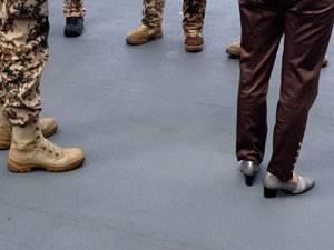 BRIGITTE exklusiv: Immer schick: Die Schuhe der Ministerin und die von Marinesoldaten