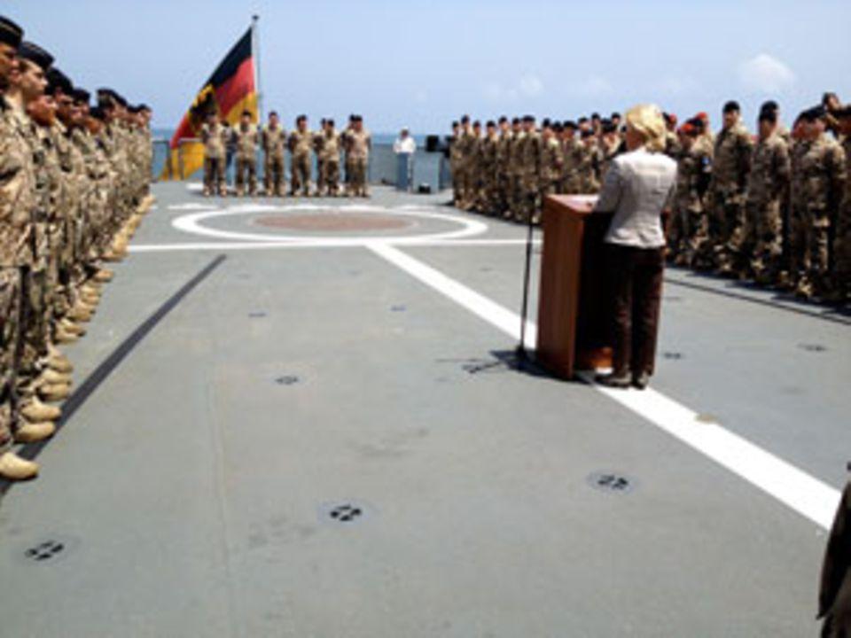 Ansprache der Ministerin bei 38 Grad im Schatten auf der Fregatte Brandenburg