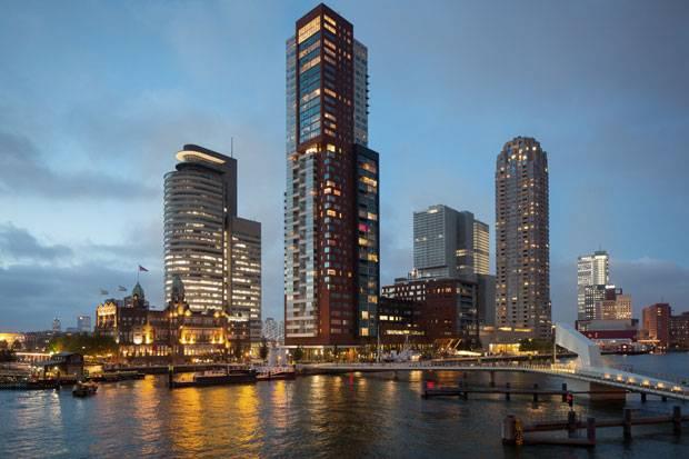 """Zwischen den neuen Büro-Türmen berühmter Architekten wirkt das """"Hotel New York"""" winzig klein."""
