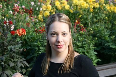 """Edith Arnold, 26, lebt und arbeitet als selbstständige Sexualbegleiterin in Hamburg . Sexuelle Aufklärung, Beratung von Organisationen und die eigenständige Entwicklung ihrer Klienten sind ihre Schwerpunkte. Ein differenzierter Blick auf sexuelle Dienstleistungen ist ihr sehr wichtig. Ihr Leitsatz für die Arbeit als Sexualbegleiterin: """"Happiness can exist only in acceptance."""" (George Orwell)"""