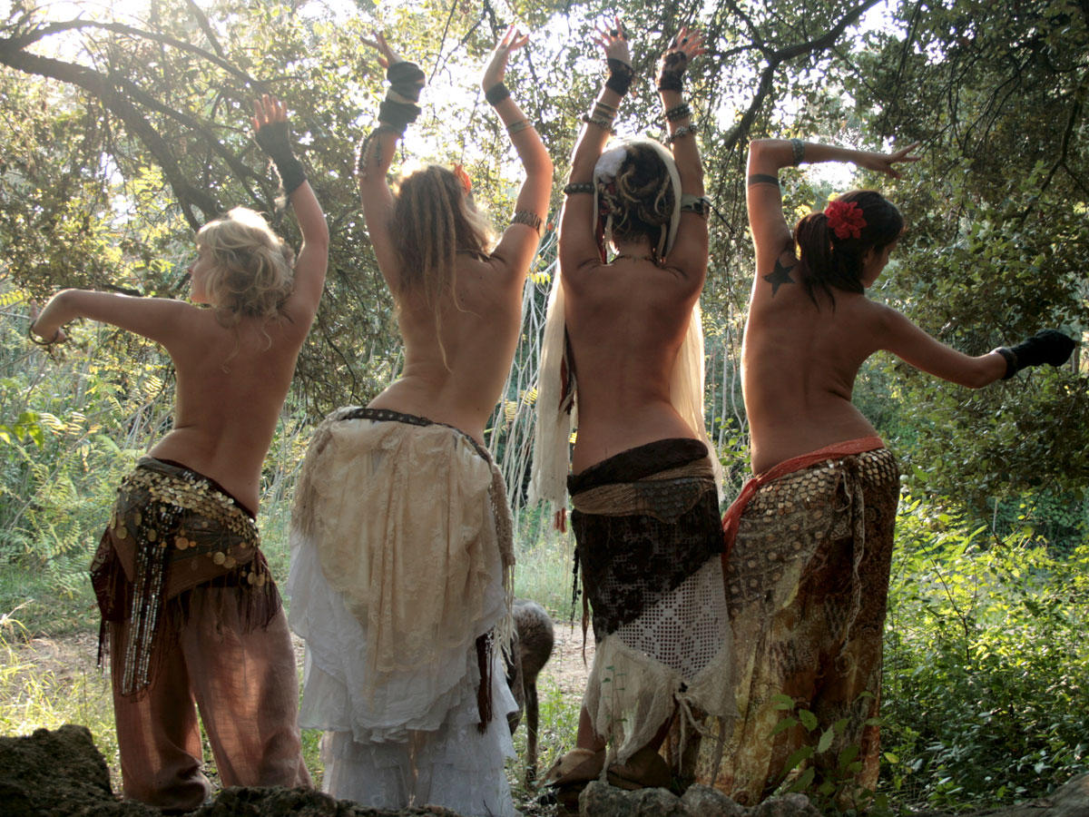 Фото девушек хиппи голых, Старые хиппи ебутся в переулке порно фото бесплатно 14 фотография