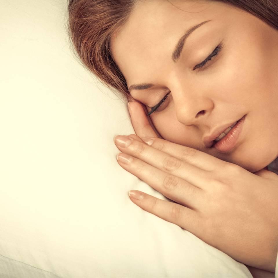 Zucken vorm Einschlafen: Was bedeutet das?