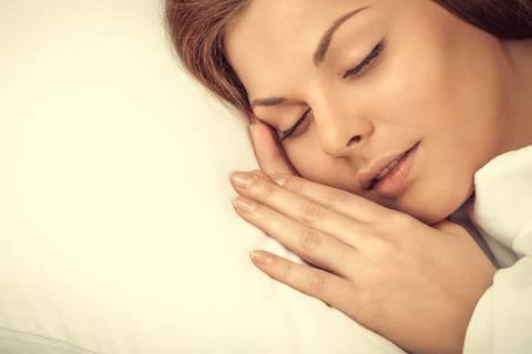 Darum zuckst du kurz vorm Einschlafen