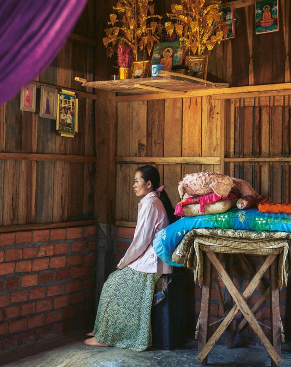 Thida im Haus ihrer Eltern. Sie spart, damit sie eines Tages mit ihrer Schwester ein eigenes Restaurant aufmachen kann