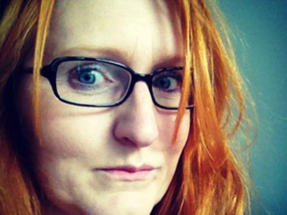 Martina Liel, 39, arbeitet als Texterin und lebt mit Mann und Hund in Bonn. Auf ihrem Blog endobay.de berichtet sie über das Leben mit Endometriose. Zudem engagiert sie sich in der Endometriose-Selbsthilfegruppe Bonn: facebook.com/endometrioseshgbonn.