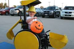 Dieser Junge rockt mit seinen Kostümen Halloween!