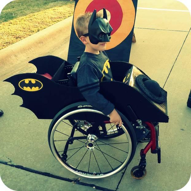 Superheld im Rollstuhl: Caleb und sein Bat-Mobil