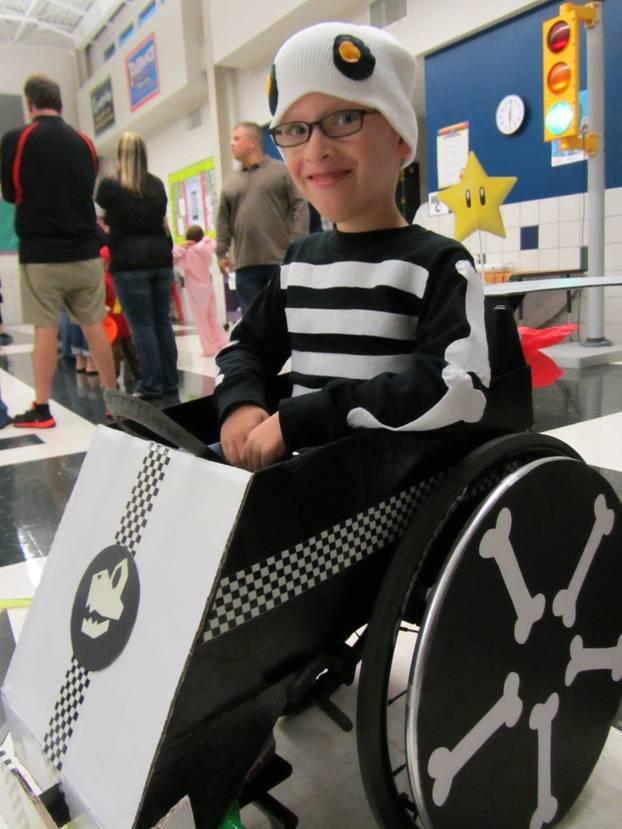 Superheld im Rollstuhl: Knochenmann auf Tour.