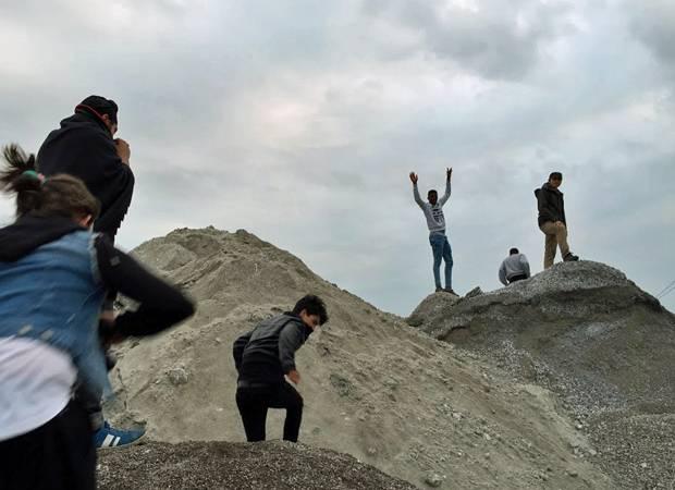 Theaterprojekt mit Flüchtlingen: Gemeinsam Berge erklimmen: Auch das gehört zum Projekt.