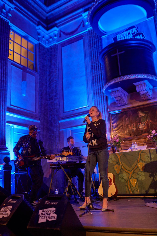 Leslie Clio bei ihrem Auftritt in der St. Pauli-Kirche auf dem Hamburger Reeperbahn Festival 2015.