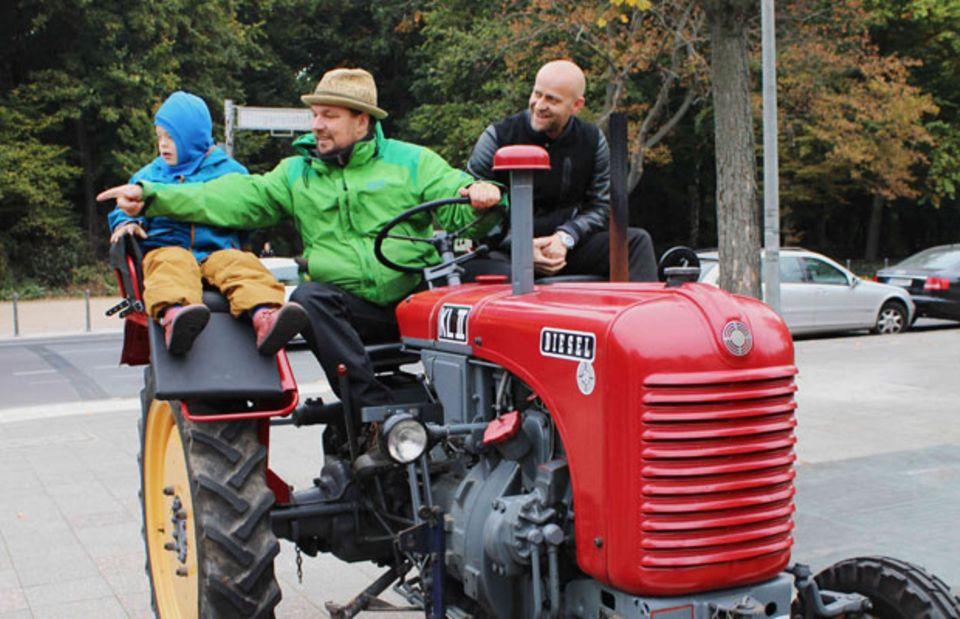 """Aufgestiegen: Schauspieler Jürgen Vogel (rechts) fuhr ein Stück mit Cord Groß und seinem Sohn Torin mit. Er unterstützt die Aktion """"Väter sagen Ja""""."""