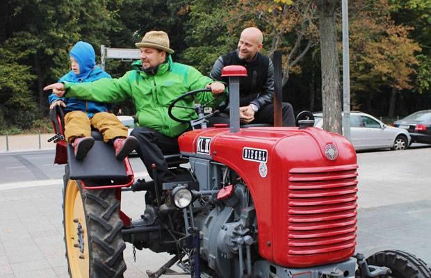 """Down-Syndrom: Aufgestiegen: Schauspieler Jürgen Vogel (rechts) fuhr ein Stück mit Cord Groß und seinem Sohn Torin mit. Er unterstützt die Aktion """"Väter sagen Ja""""."""