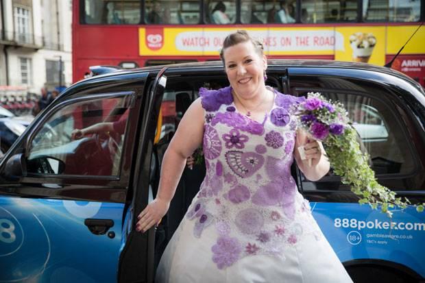 Selbstgemacht: Diese Braut hat ihr eigenes Hochzeitskleid gehäkelt ...