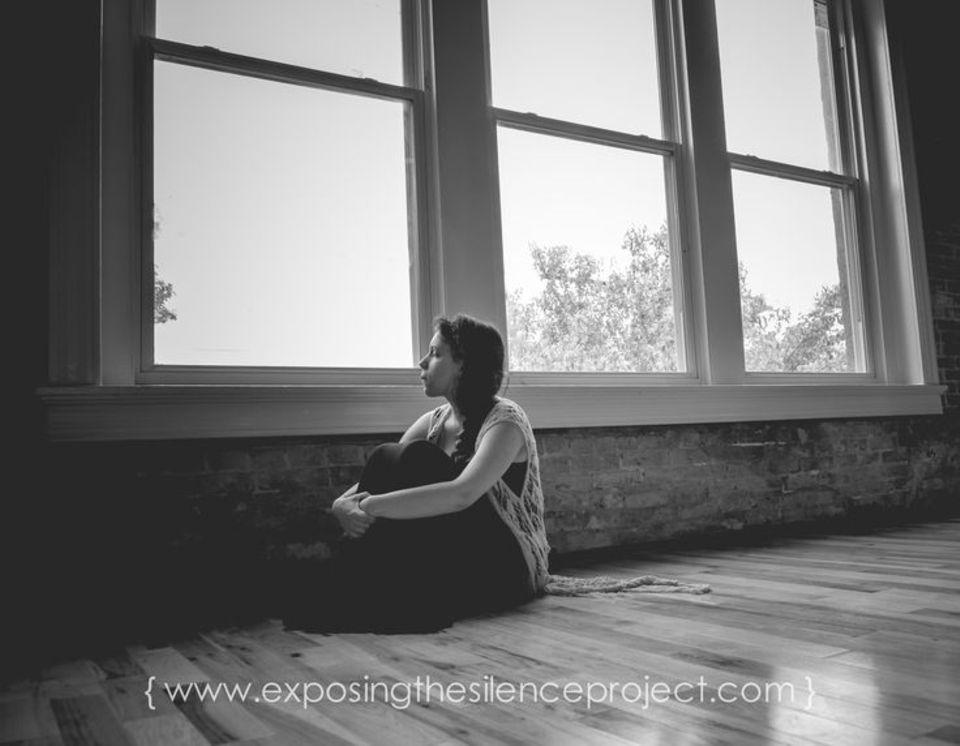"""Tabu Geburtstrauma: Für das Fotoprojekt """"Exposing the Silence"""" haben Frauen über ihre belastenden Erlebnisse gesprochen. Die Protokolle lest ihr hier."""