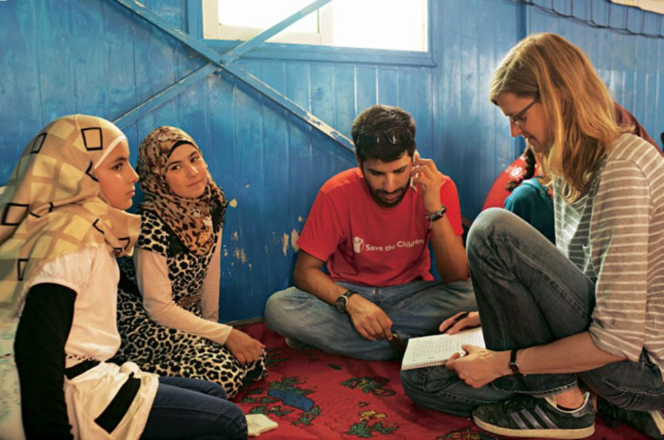 Die Mädchen Aya und Malak im Gespräch mit BRIGITTE-Reporterin Meike Dinklage (M.: ein Mitarbeiter von Save the Children).